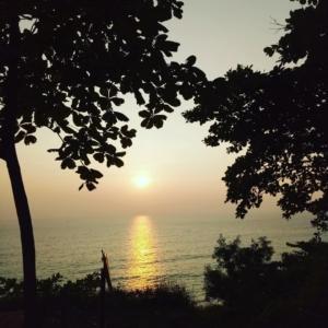 заката на побережье Индии